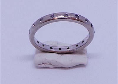 Lovely eternity ring with inset diamonds in 18 carat white gold