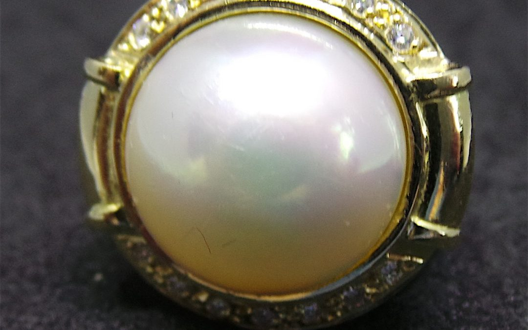 Beautiful Mabe pearl Ring in 18 carat gold