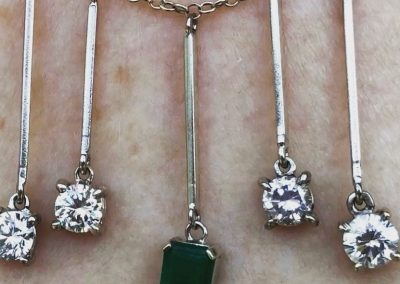 Pendant with 4 diamonds and central emerald in 18 carat gold