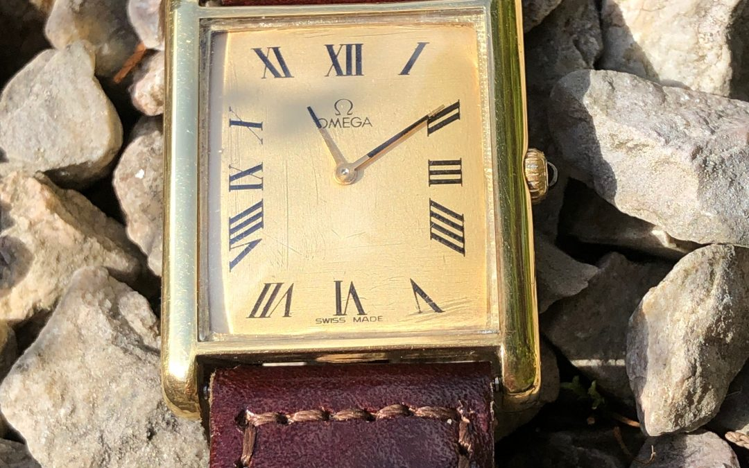 Stylish Omega unisex watch in 18 carat gold