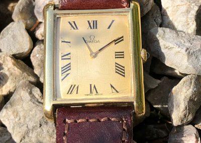 Stylish Omega unisex watch in 18 carat gold